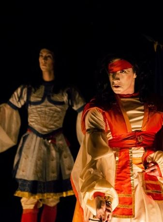 Charles di Meglio  en ressuscite L'Amphitryon de Molière avec sa gestuelle, ses costumes et la manière dont le français se prononçait alors.