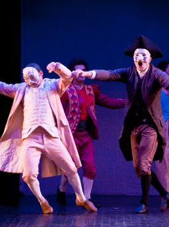 Les musiciens participent pleinement au spectacle, ce qui n'ôte rien au charme de cette version actualisée du <i>Mariage de Figaro</i>.
